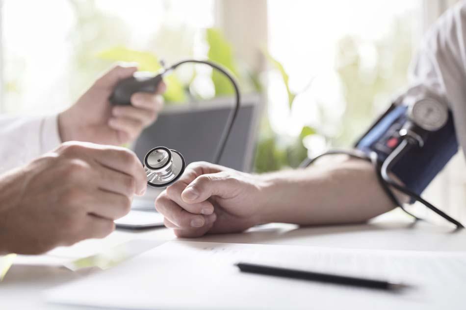 dottore misura la pressione